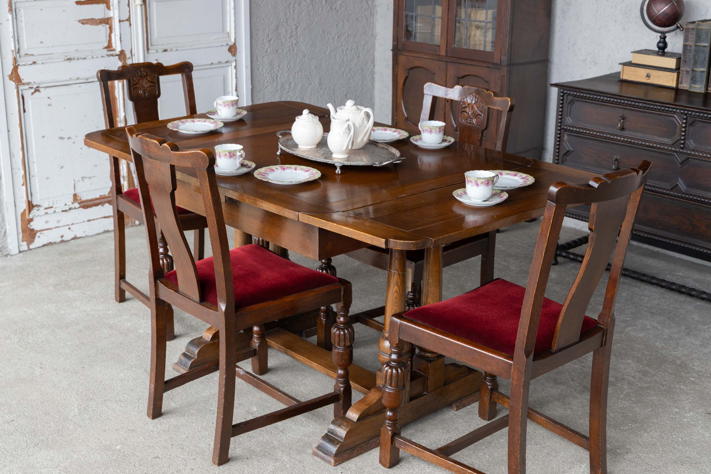 大きさを変えられるアンティーク家具「ドローリーフテーブル」