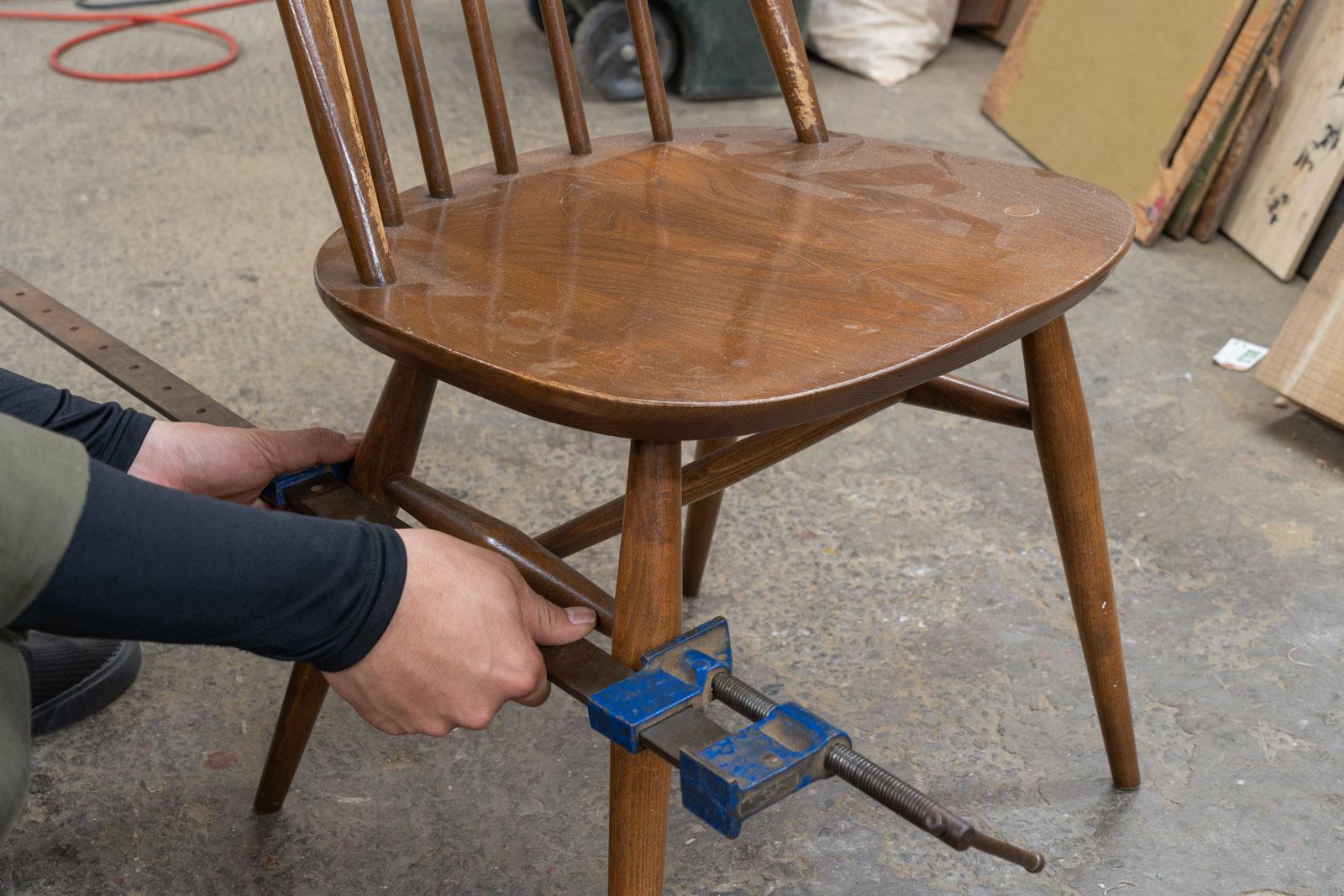 自社工房家具職人がヴィンテージチェアをリペアしている画像